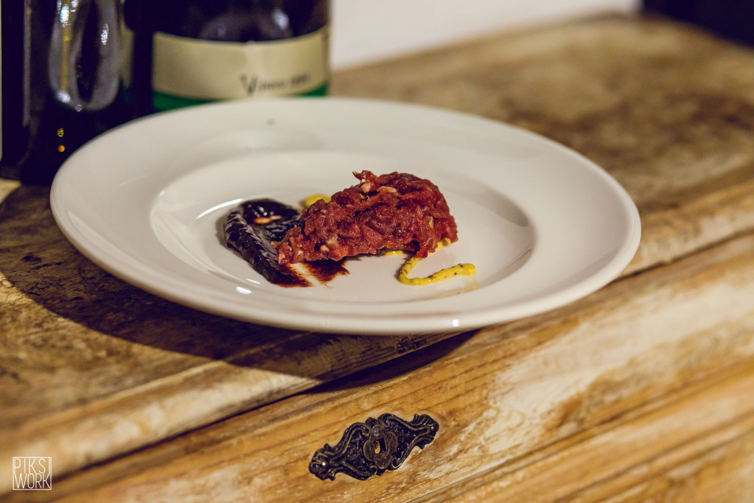 Beef tartare with chilli pepper, mustard, and a Merlot reduction, which pairs well with Ferjančič's Merlot