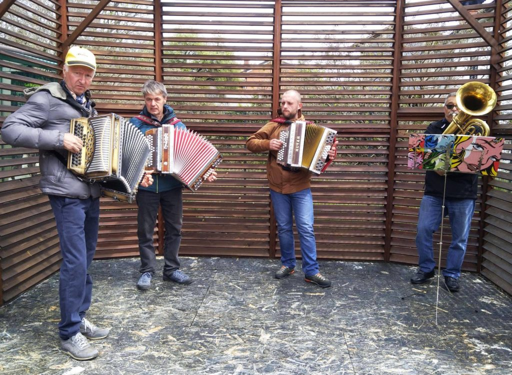 Musician entertain people during enogastronomical walk